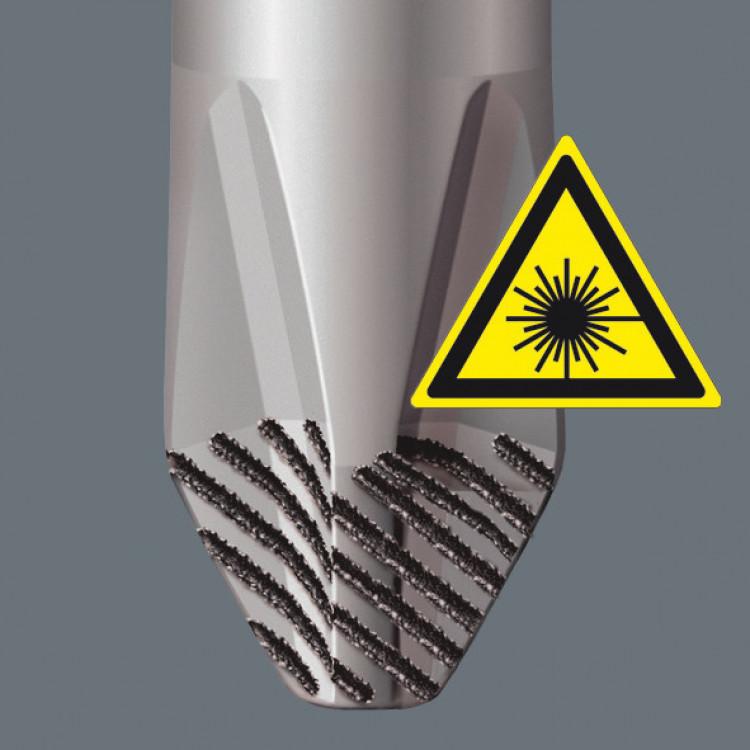 Door een gebundelde laserstraal word er een scherpe oppervlaktestructuur ingebrand. De laserbehandeling veroorzaakt een hardheid van de kanten tot 1000HV 0,3. Wera Lasertip bijt zich in de schroefkop vast en voorkomt het wegglijden uit de Sleuf-, Phillips- en Pozidrivschroefkop.